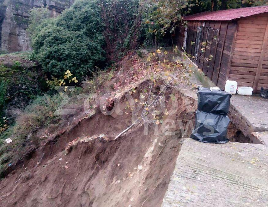 Κατολίσθηση στα Μετέωρα - Υποχώρησε μεγάλο κομμάτι της πλαγιάς κάτω από το πάρκινγκ της   Ιεράς Μονής  Βαρλαάμ