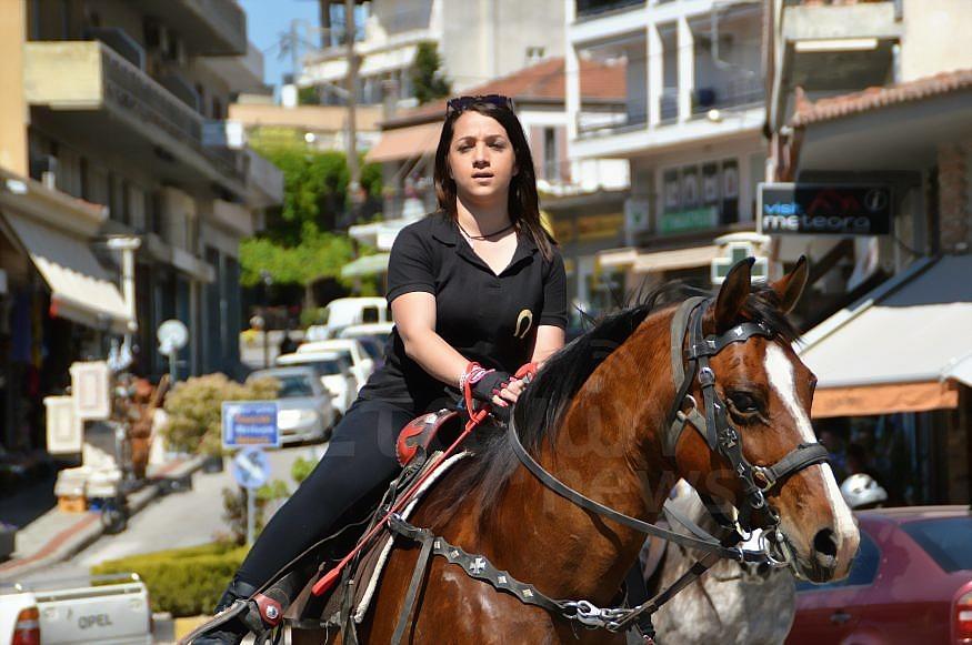 Ένα υπέροχο θέαμα στο κέντρο της Καλαμπάκας - Φιλική Ιππική πορεία από το κτήμα  ¨BST HORSE STABLES¨