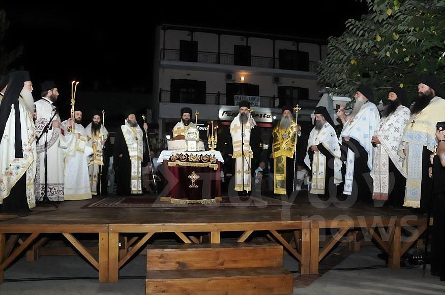 Κοσμοσυρροή και φέτος για τον εορτασμό του πολιούχου της Καλαμπάκας Αγίου Βησσαρίωνος – Πραγματοποιήθηκε πριν από λίγο η περιφορά της Αγίας κάρας και της εικόνας