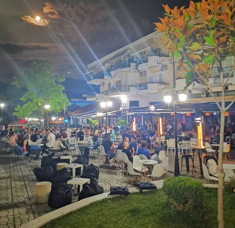 Θύμισε τι παλιές καλές εποχές η χθεσινή βραδιά στην πλατεία Δημουλά της Καλαμπάκας